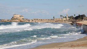 Las ondas en el mar Mediterráneo de la costa de Caesarea antigua almacen de metraje de vídeo
