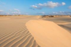 Las ondas en las dunas de arena en Chaves varan a Praia de Chaves en Boavist Foto de archivo