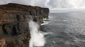 Las ondas enormes se estrellan contra los acantilados del mar en las Orcadas almacen de video