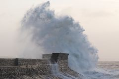 Las ondas enormes se estrellan sobre la orilla del mar en Porthcawl, el Sur de Gales  imágenes de archivo libres de regalías