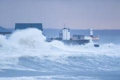 Las ondas enormes se estrellan sobre la orilla del mar en Porthcawl, el Sur de Gales  foto de archivo