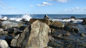 Las ondas están batiendo contra las piedras, un paisaje moroso Foto de archivo libre de regalías