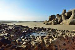 Las ondas estralladas sobre la playa Imagen de archivo
