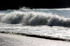 Las ondas golpearon la orilla foto de archivo