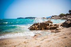 Las ondas grandes que se rompen en la orilla con el mar hacen espuma Foto de archivo libre de regalías