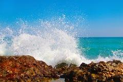 Las ondas grandes que se rompen en la orilla con el mar hacen espuma Fotos de archivo