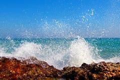 Las ondas grandes que se rompen en la orilla con el mar hacen espuma Imagen de archivo