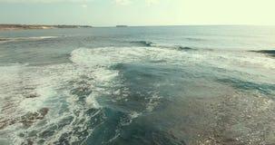 Las ondas grandes ruedan más de uno otro El mar trae siempre paz y tranquilidad almacen de metraje de vídeo