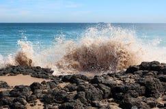 Las ondas que salpican en el basalto oscilan en la playa Bunbury Australia occidental del océano Foto de archivo libre de regalías