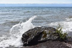 Las ondas que se estrellaban han tomado las naves foto de archivo