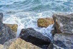 Las ondas que se rompen en la orilla con el mar hacen espuma Fotografía de archivo libre de regalías
