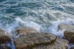 Las ondas que se rompen en la orilla con el mar hacen espuma Fotografía de archivo