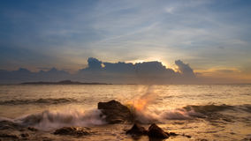 Las ondas que se rompen en las rocas Imagenes de archivo