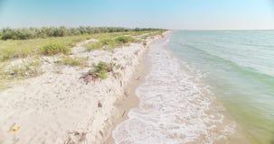 Las ondas resuelven la orilla - playa blanca en la región de Kiliya, Ucrania de la arena almacen de metraje de vídeo