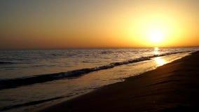 Las ondas satisfactorias tranquilas lentas que se estrellan en el océano de la playa de la arena apuntalan la costa costa en pais almacen de video