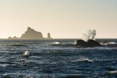 Las ondas se estrellan contra rocas en la playa de Rialto de la puesta del sol en Washington, los E.E.U.U. Fotografía de archivo