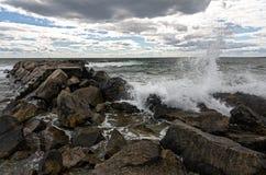 Las ondas se estrellan en tierra Foto de archivo