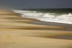 Las ondas se rompen en la línea de la playa de la isla de Assateague, Maryland imagen de archivo libre de regalías