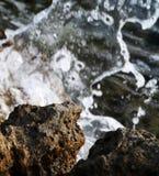 Las ondas se rompen en una roca en la costa mediterránea imágenes de archivo libres de regalías