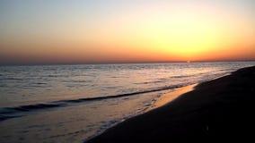 Las ondas tranquilas satisfactorias lentas que se estrellan en el océano de la playa de la arena apuntalan la costa costa en pais metrajes