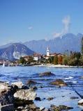 Las ondas y las rocas bethween el dei Pescatori, Lago Maggiore de Isola Bella y de Isola Superiore Foto de archivo