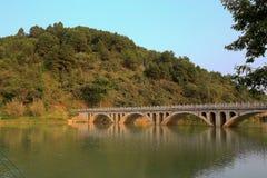 Las opiniones de la orilla en el villiage del bama, Guangxi, China Foto de archivo