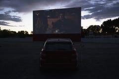 Las opiniones en estrella de cine del reloj del coche conducen en el cine, Montrose, Colorado, los E.E.U.U. imagenes de archivo