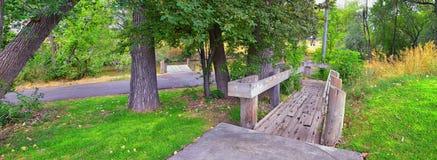 Las opiniones Jordan River Trail con los árboles circundantes, la aceituna rusa, el cottonwood y el légamo llenaron el agua fango imágenes de archivo libres de regalías