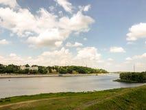 Las opiniones y la 'promenade' del río con el puente imagenes de archivo