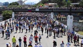 Las oposiciones venezolanas recolectan durante una reunión masiva imponente contra el gobierno de Maduro en apoyo de Juan Guaido  metrajes