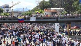 Las oposiciones venezolanas recolectan durante una reunión masiva imponente contra el gobierno de Maduro en apoyo de Juan Guaido  almacen de video