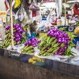 Las orquídeas violetas asiáticas venden en el mercado local, Tailandia Imágenes de archivo libres de regalías