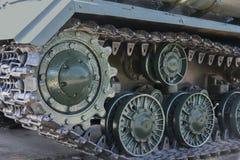 Las orugas del hierro del tanque verde ruso montan en el asfalto fotografía de archivo libre de regalías