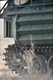 Las orugas del tanque anfibio se ven en un campo Imágenes de archivo libres de regalías