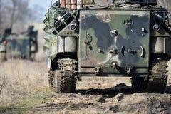 Las orugas del tanque anfibio se ven en un campo Foto de archivo libre de regalías