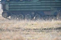 Las orugas del tanque anfibio se ven en un campo Fotos de archivo