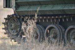 Las orugas del tanque anfibio se ven en un campo Foto de archivo