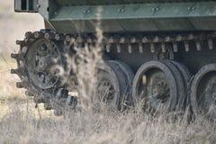Las orugas del tanque anfibio se ven en un campo Fotografía de archivo libre de regalías