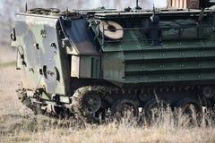 Las orugas del tanque anfibio se ven en un campo Imagenes de archivo