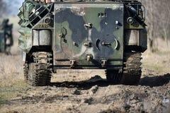 Las orugas del tanque anfibio se ven en un campo Fotografía de archivo