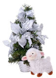 Las ovejas blancas acercan al árbol de navidad Fotografía de archivo libre de regalías