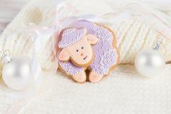 Las ovejas del pan de jengibre del color de la lavanda en blanco hicieron punto el fondo Imagenes de archivo