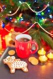 Las ovejas forman el pan de jengibre con la taza de café en backgrou de la Navidad Fotos de archivo libres de regalías