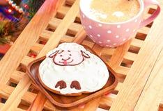 Las ovejas forman el pan de jengibre y la taza de leche con los palillos de canela Imagen de archivo