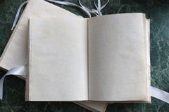 Las páginas abrieron el libro del vintage en encimera de mármol verde Fotografía de archivo libre de regalías