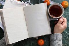 Las páginas abrieron el libro del vintage en encimera de mármol verde Imagen de archivo
