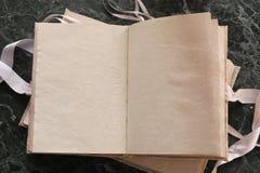 Las páginas abrieron el libro del vintage en encimera de mármol verde Foto de archivo libre de regalías