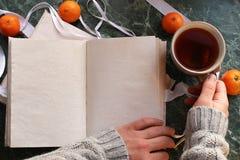 Las páginas abrieron el libro del vintage en encimera de mármol verde Foto de archivo