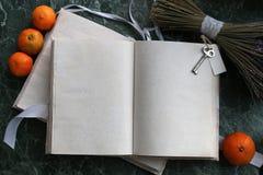 Las páginas abrieron el libro del vintage en encimera de mármol verde Imagenes de archivo