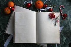 Las páginas abrieron el libro del vintage en encimera de mármol verde Imágenes de archivo libres de regalías